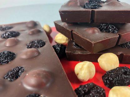 Tablete ciocolata neagra alune de padure si cirese amare